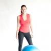 Comment faire une relance du genou tournant avec un ballon d'exercice