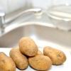 Comment éplucher des pommes de terre avec un couteau de cuisine ordinaire