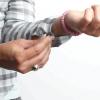 Comment se retrousser les manches de chemise