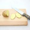 Comment apaiser les yeux irrités avec des tranches de pommes de terre