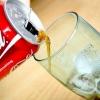 Comment versez une cannette de coca