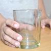 Comment verser une boisson dans un verre