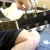 Comment travis ramasser la guitare
