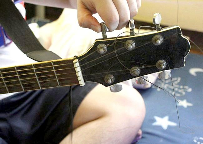 ���� - Comment travis ramasser la guitare